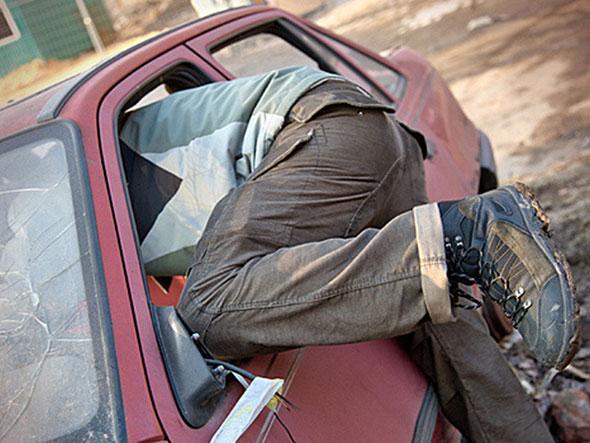 Похищали из авто сумки