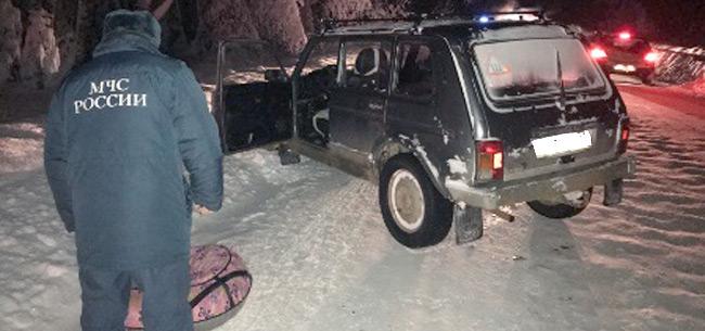 17-летний парень попал под колеса авто, катаясь на &quotватрушке&quot