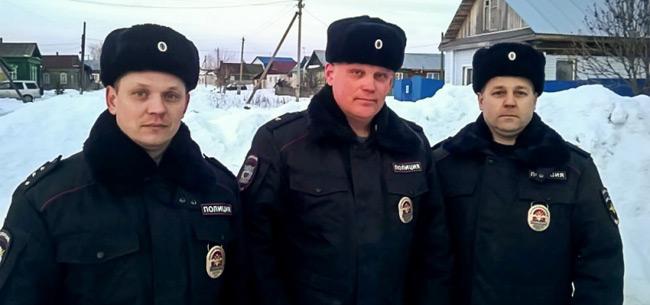 Полицейские спасли на пожаре семью