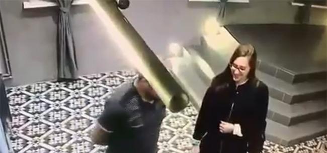 Полицейские разыскивают подозреваемую в краже микрофона