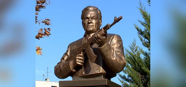 Памятник Михаилу Калашникову в Коврове